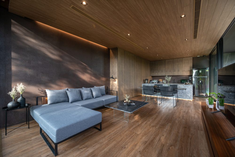 Warm and earthy colors and natural materials make the house extremely welcoming and comfortable
