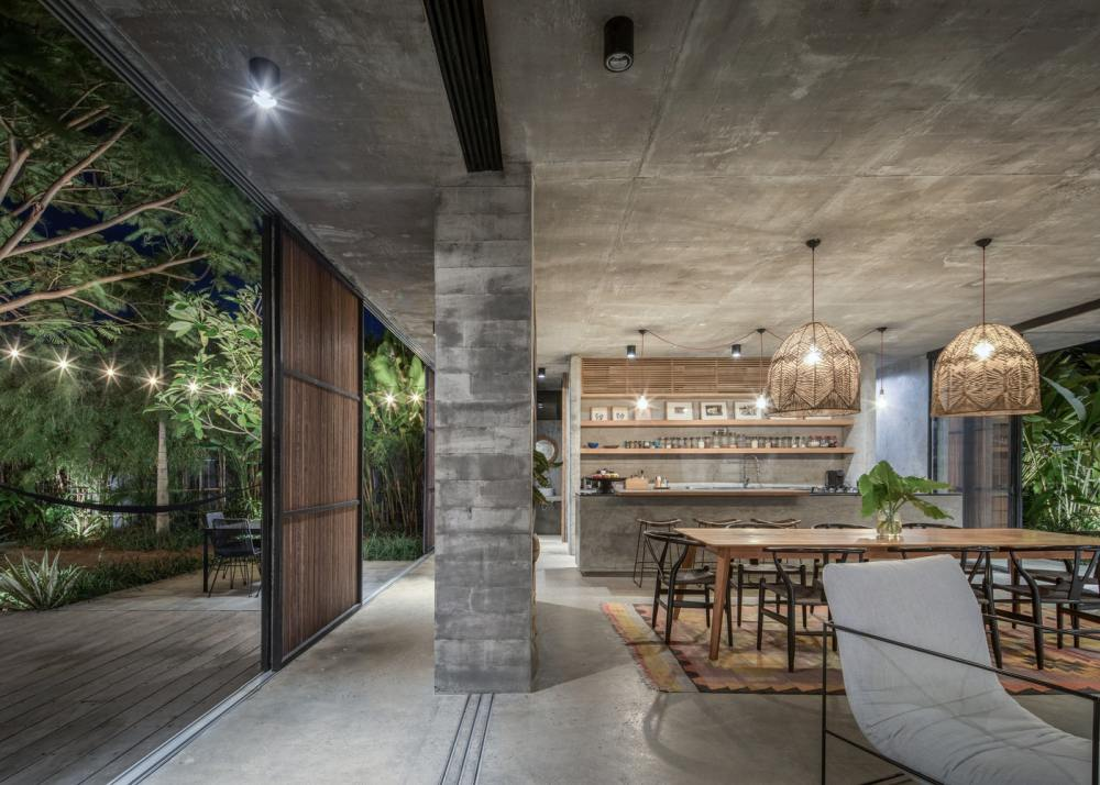 All the exposed concrete helps to give the interior of the house a very organic and outdoor-inspired feel