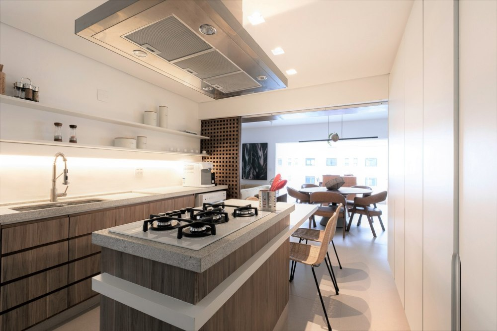 The kitchen is adjacent to the dining area and they can be connected thanks to the sliding panels