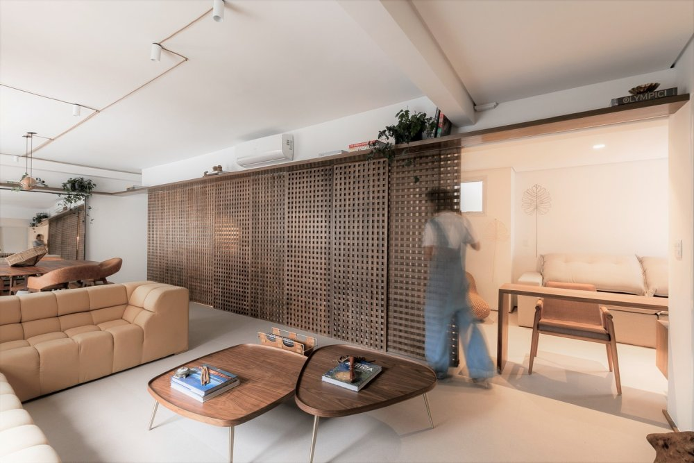 The lattice panels extend over a big section of the apartment and allow the rooms to be connected in various different ways