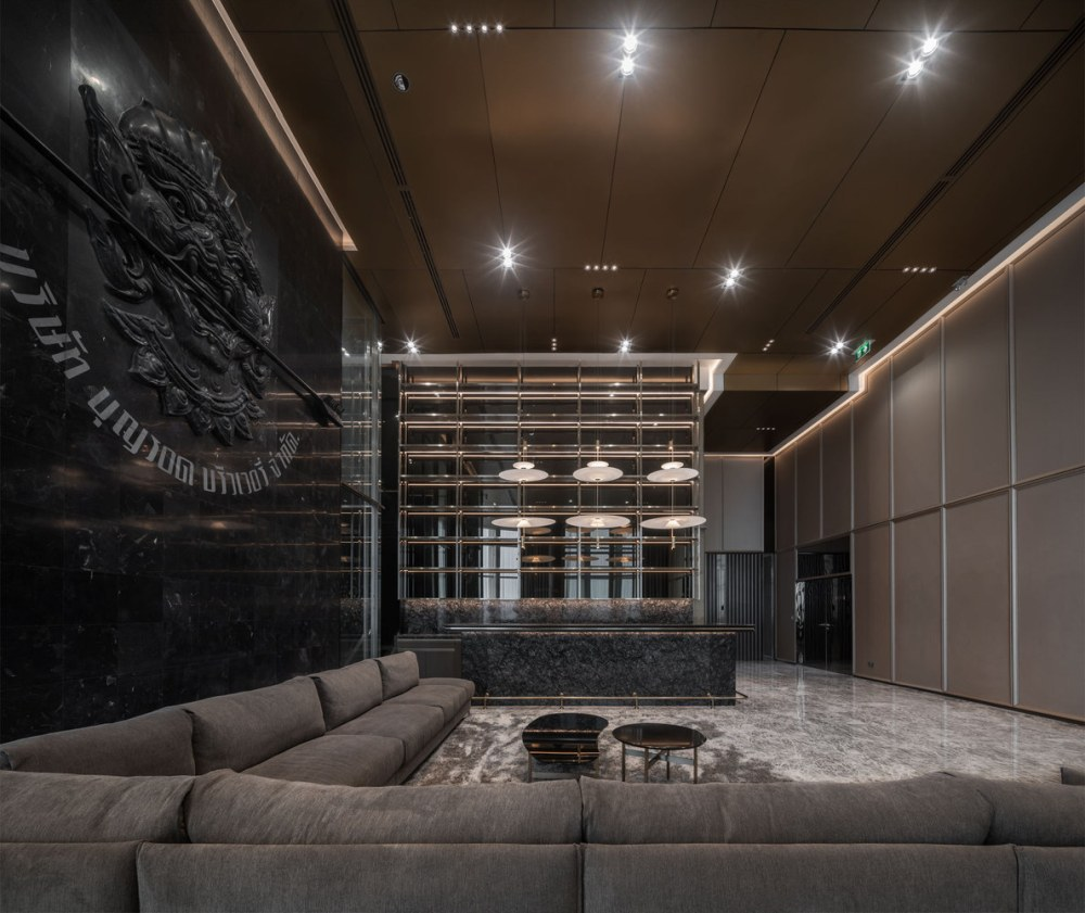 The main lobby has a beautiful accent wall with black unpolished marble sculpture on it
