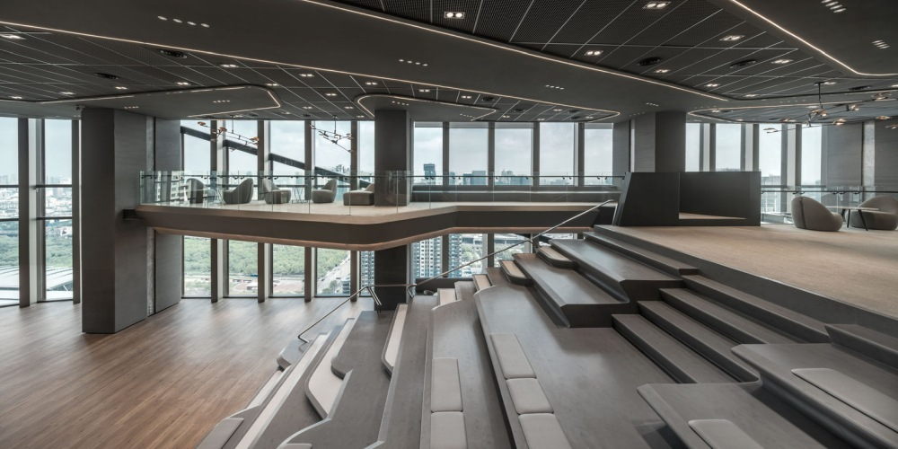 The mezzanine area takes advantage of the ceiling height and offers a view of the outdoor but also of the interior as well