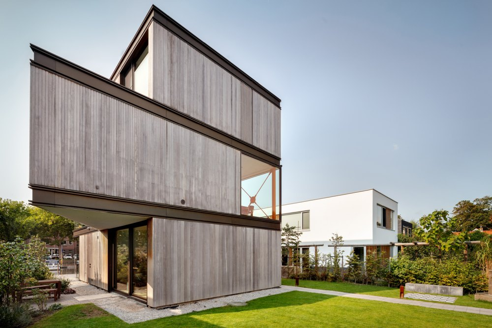 The use of wood and metal for the exterior of the villa is a reference to the industrial sheds which used to cover this piece of land