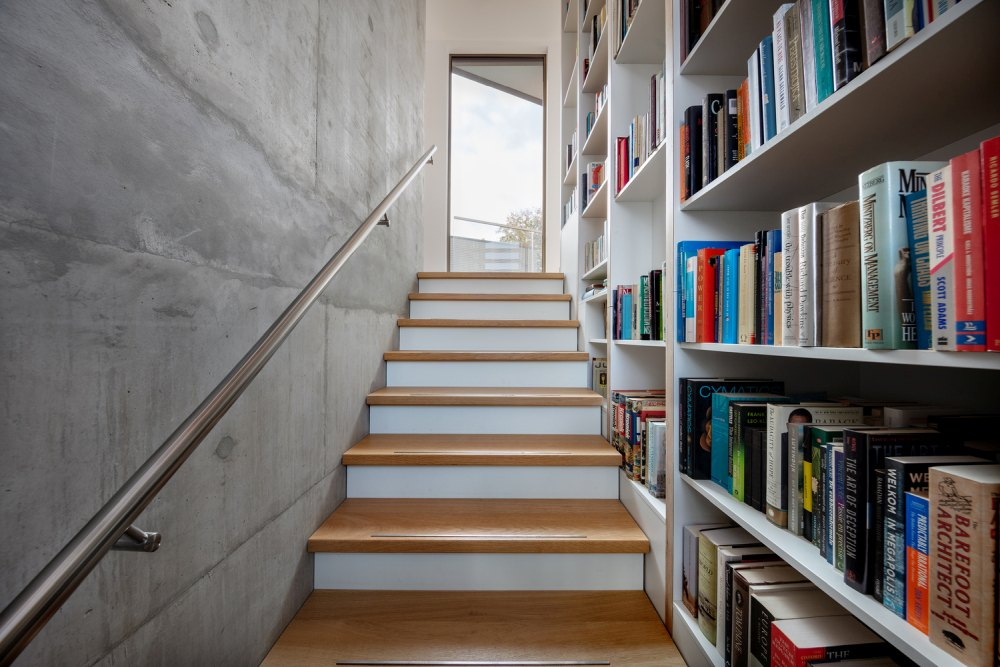A large bookcase that covers the entire height of the villa was created for the owners' extensive book collection