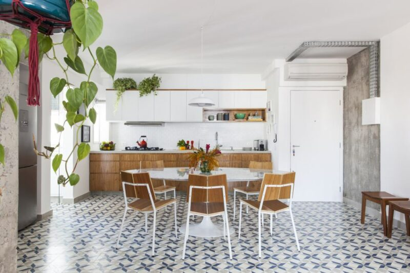 Freshly Remodeled Apartment Gets Rid Of Walls To Make Better Use Of The Floorspace