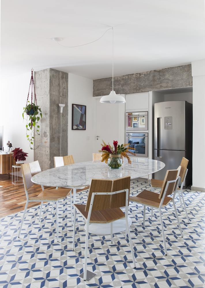 The tiled floor surface in the kitchen was expanded and now also covers this dining area