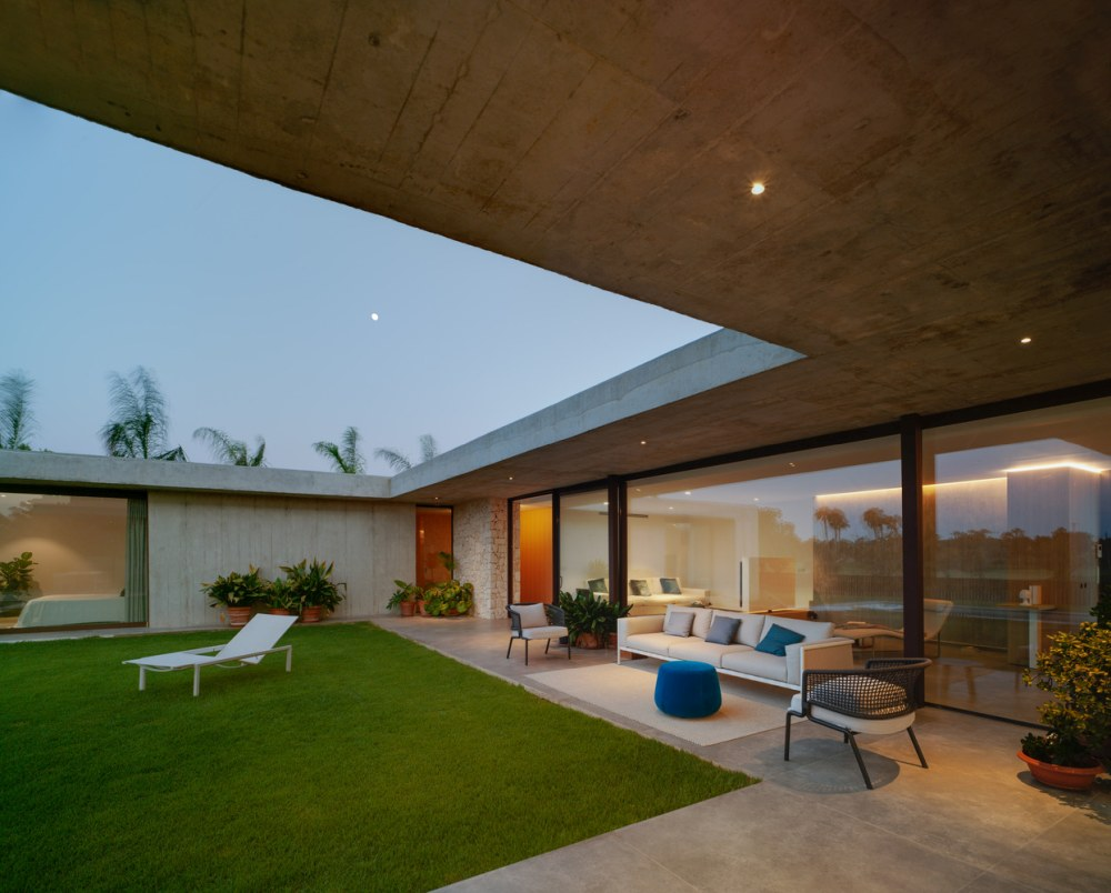 This isolated and sheltered design helps the house to focus on the beautiful part of the landscape