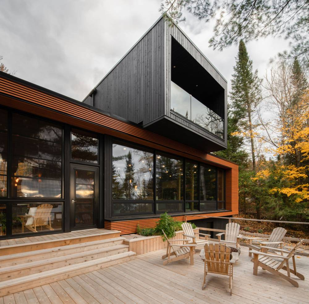 From the exterior the house appears very simple and modern, with a clean and eye-catching geometry