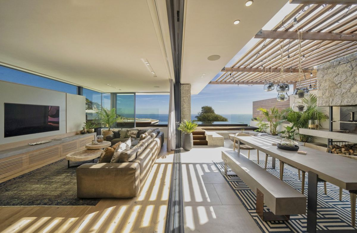 The social areas are the most open and exposed, this one featuring a connection to a beautiful pergola