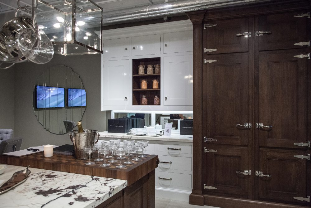 Kitchen decor with two tone cabinets