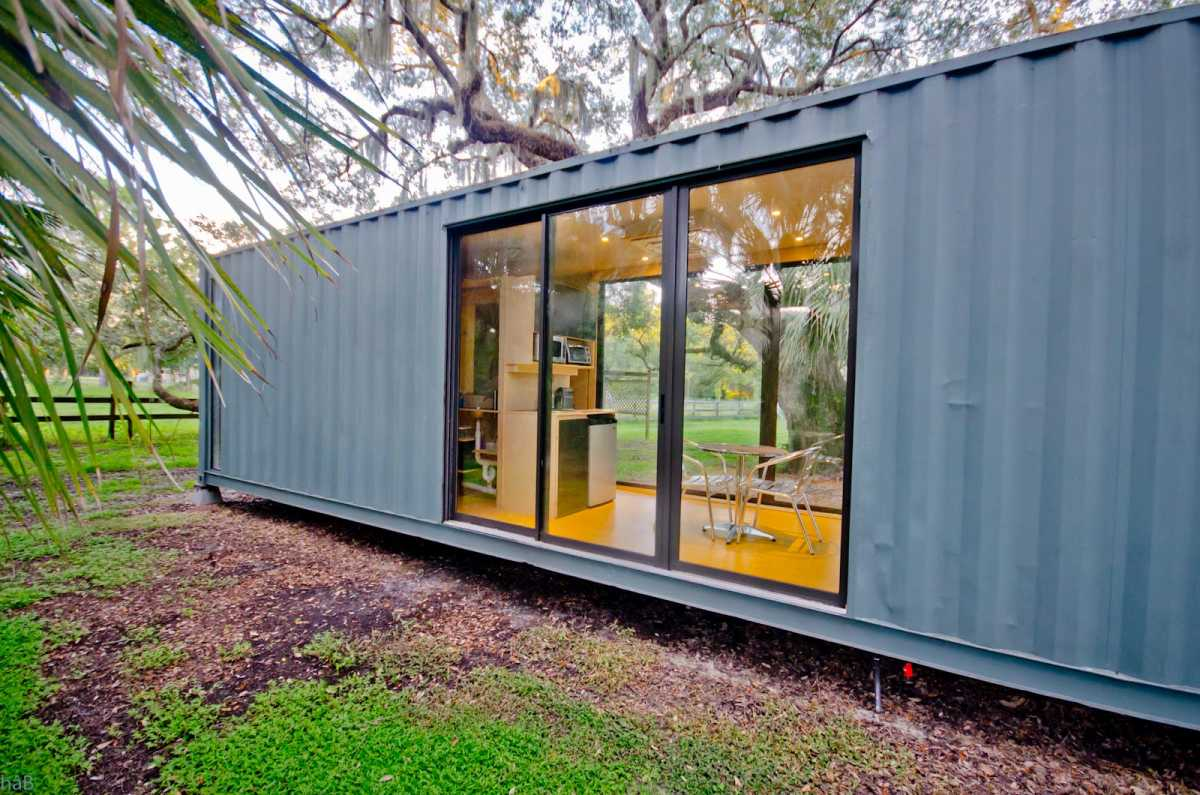 The openings ensure a strong connection between the interior of this tiny house and the entire outdoor areas surrounding it