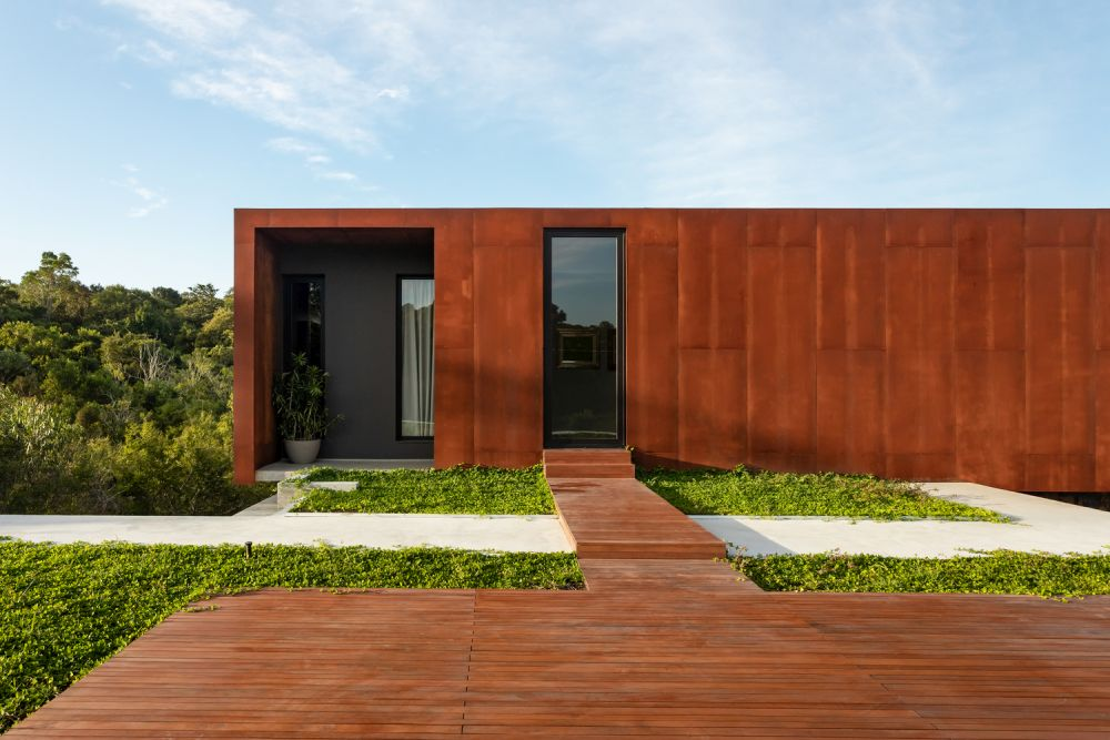 The Corten steel exterior give the house a very rich and powerful appearance