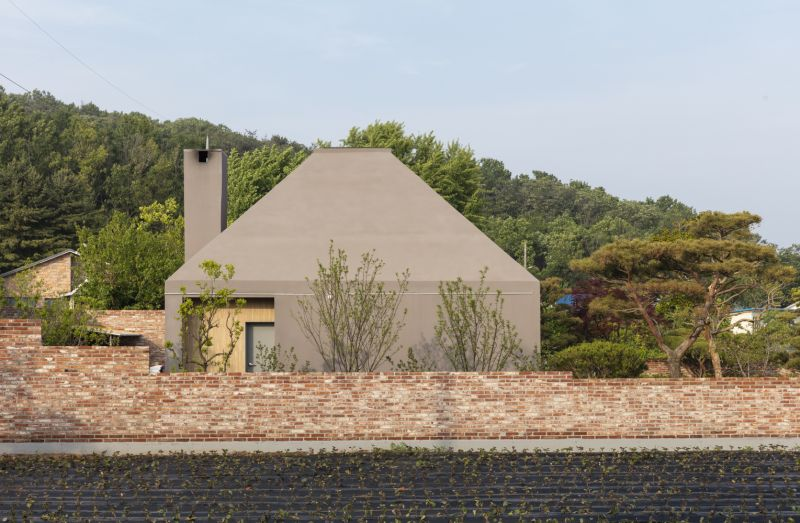 The chimney is also flush with the wall, reinforcing the overall simplicity of the design