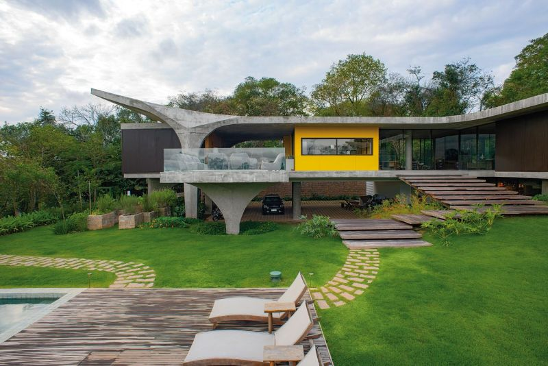 The reinforced concrete structure of the house is very beautifully shaped to give it a lightweight and sculptural look