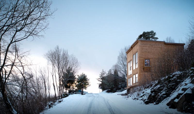 The steep slope embraces the house and makes it feel welcome within this beautiful landscape