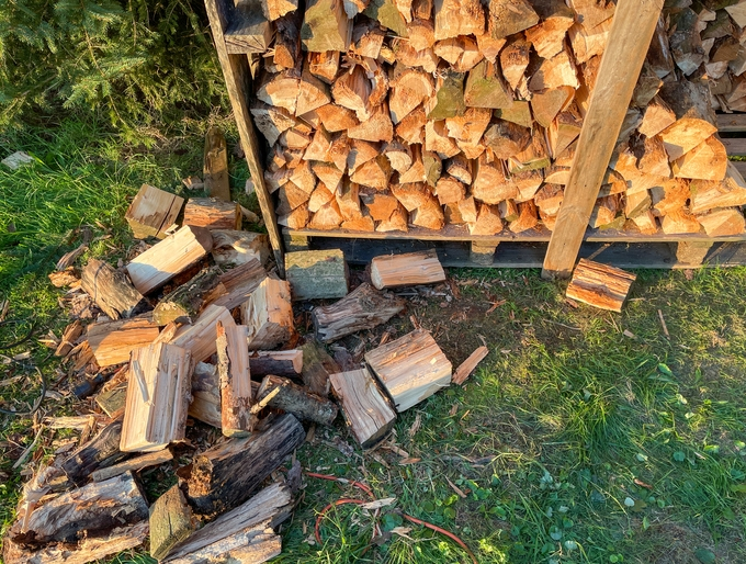 How Much Does a Firewood Rack Hold?
