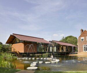 两个浮动的湖房围拢的垫脚石和美丽的风景