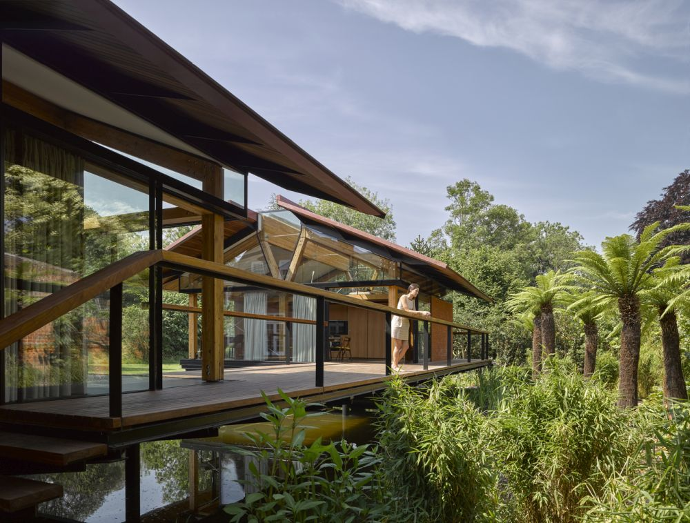 The pavilion-like design and the openness of these houses allow for a very strong connection to the outdoors