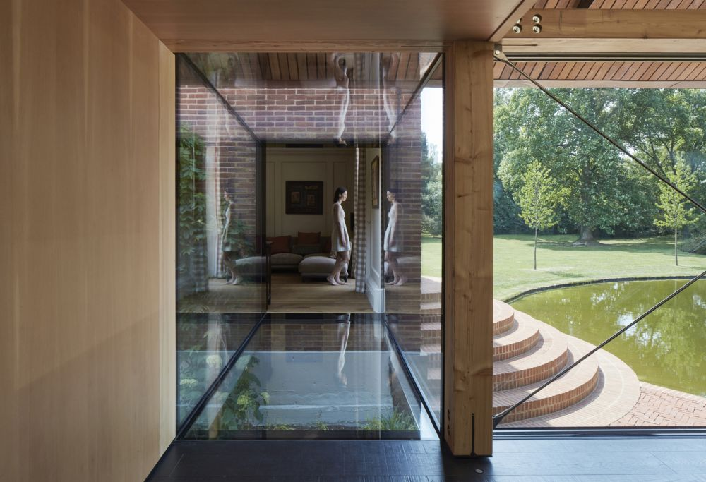The bridge is made entirely of glass with a very thin metal frame and goes straight across, linking the houses