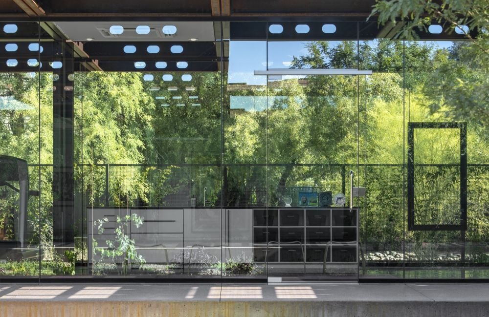 The huge glass envelope of the building blurs the boundaries between the indoor and the outdoor areas