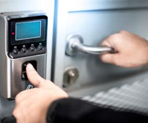 用指纹门锁保持家庭安全
