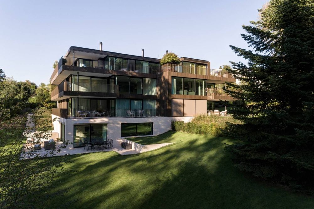 The gentle slope embraces the building and makes it feel at home