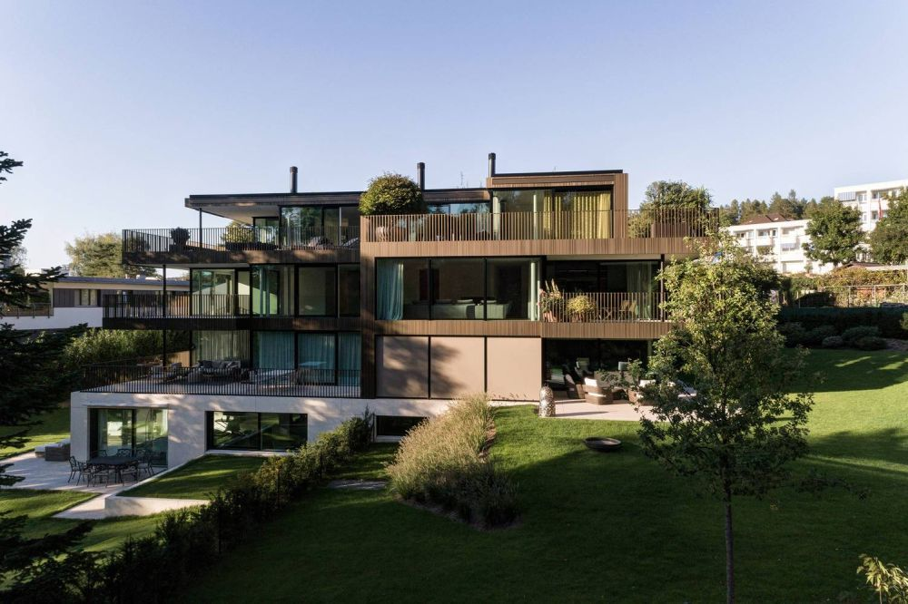 The South-facing side opens onto a beautiful garden which acts as an intermediary between the building and the forest