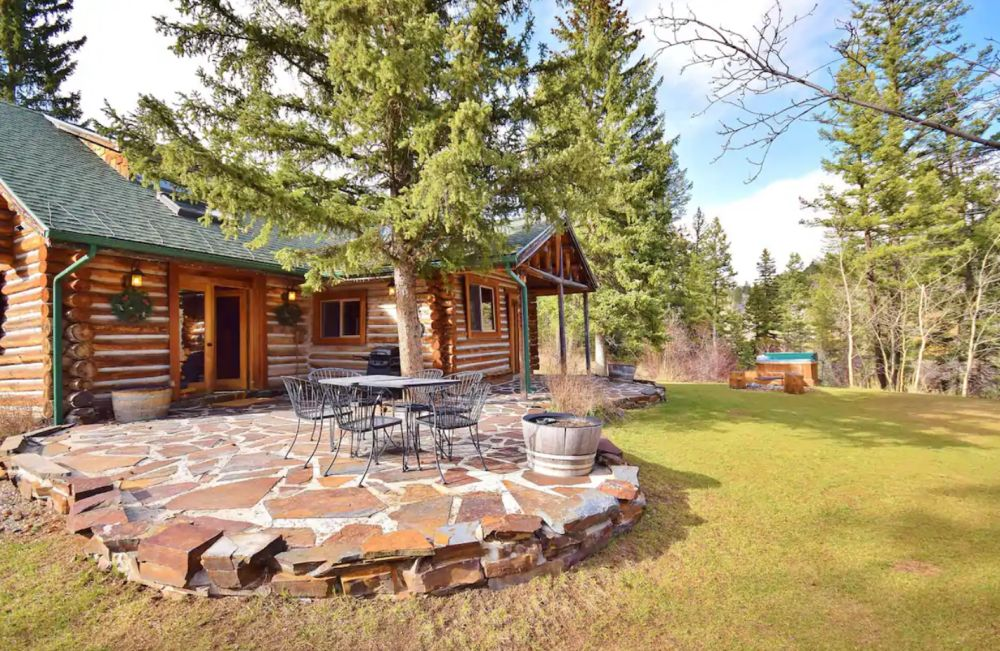 Charming Cabin w Hot Tub/Creek close to EVERYTHING