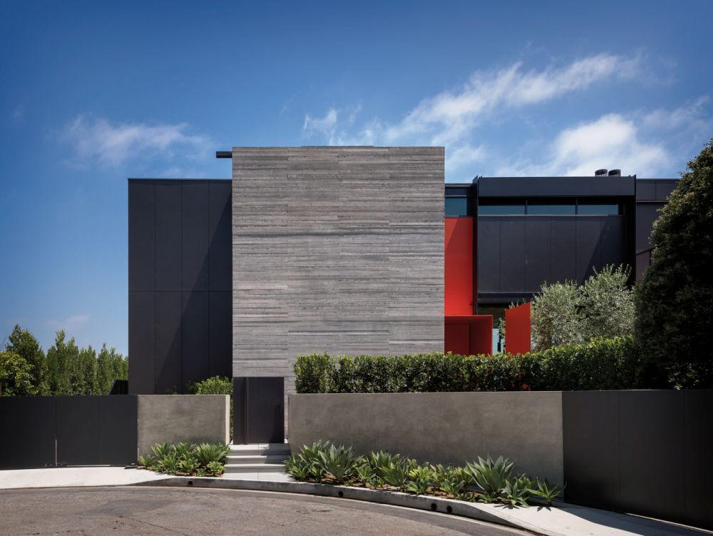 On the outside the house has a simple yet striking geometry reflected by the juxtaposition of these volumes