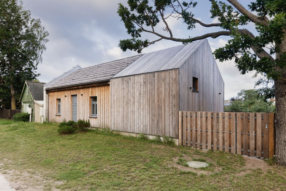 The Siberian larch wood cladding develops a light gray patina over time to match the sky