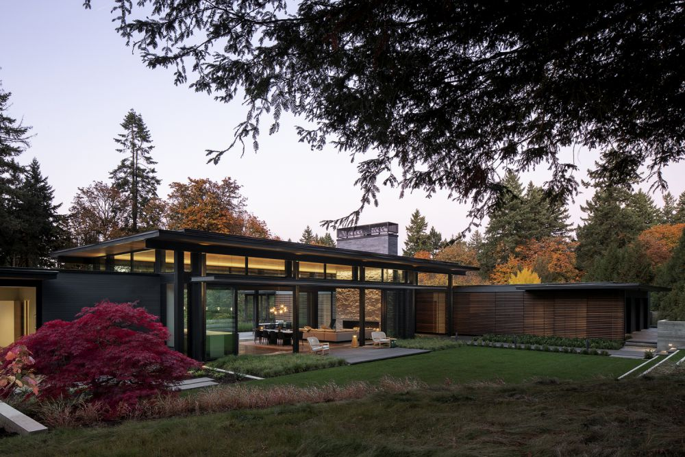 The house and especially the central volume have a strong connection with the outdoors