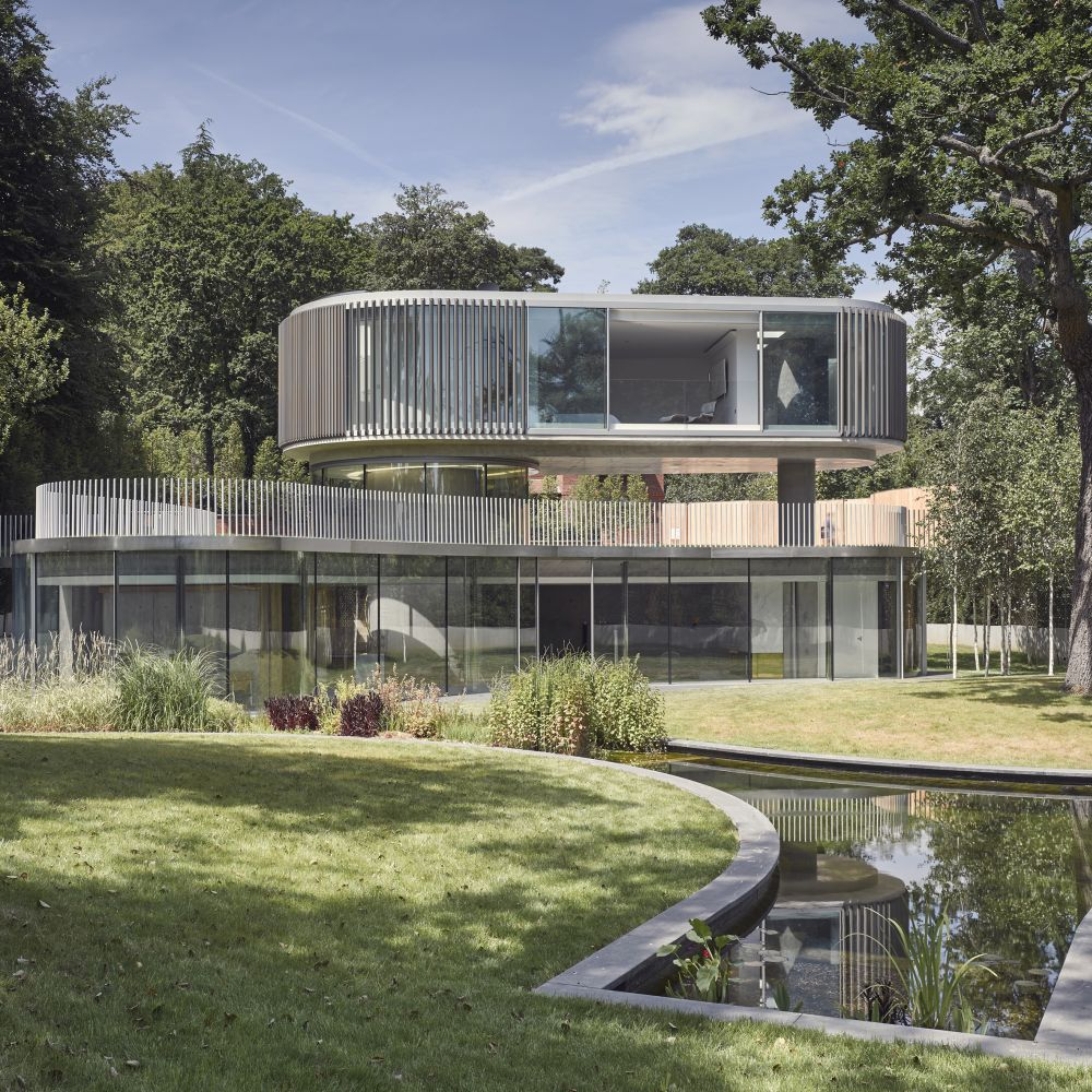 The first floor is considerably smaller in size and floating on top of the main volume which has a green roof
