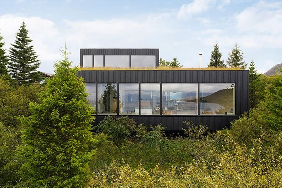 The black vertical cladding of the house is also inspired by the colors of the landscape