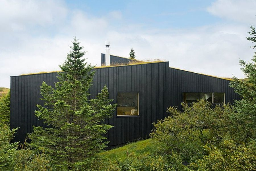 The house has a minimal impact on the landscape and all the space around it was kept intact