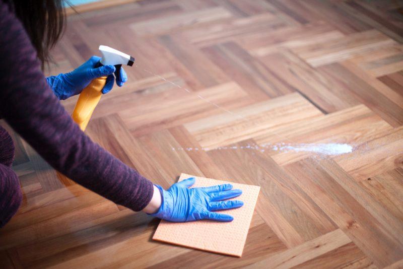 与最好的木地板清洁剂的闪亮的木地板