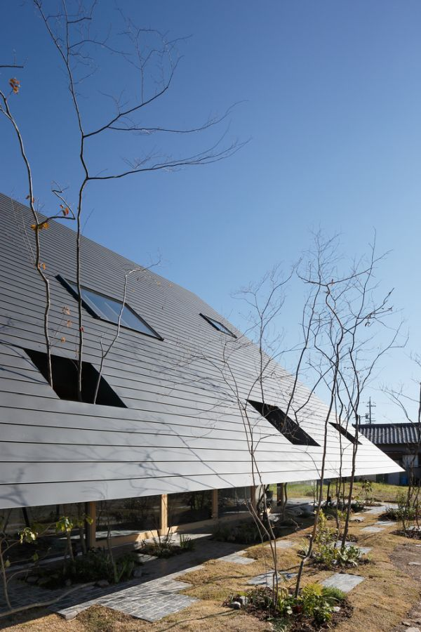 The low roof design also ensure lots of privacy for the areas inside the house