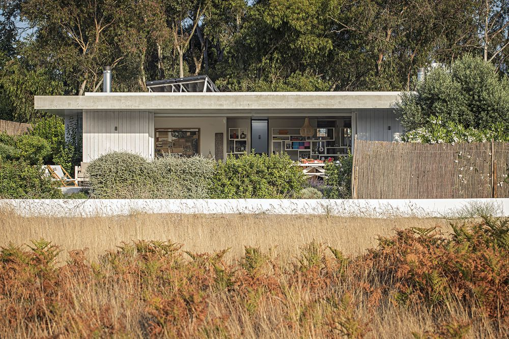 The flat concrete roof allows the house to keep a low profile and to emphasis on the beautiful landscape around it