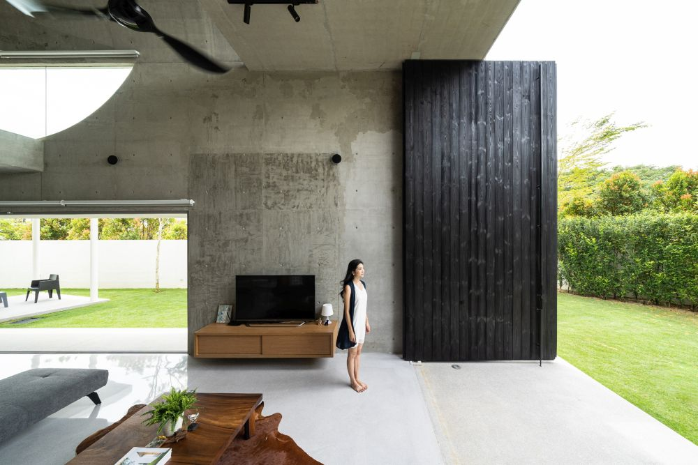 A series of concrete decks and terraces allow for a smooth transition between the living areas and the garden