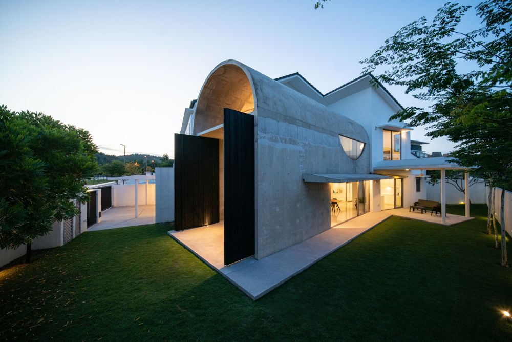Although the original house and the new extension have very different aesthetics, they complement one another beautifully