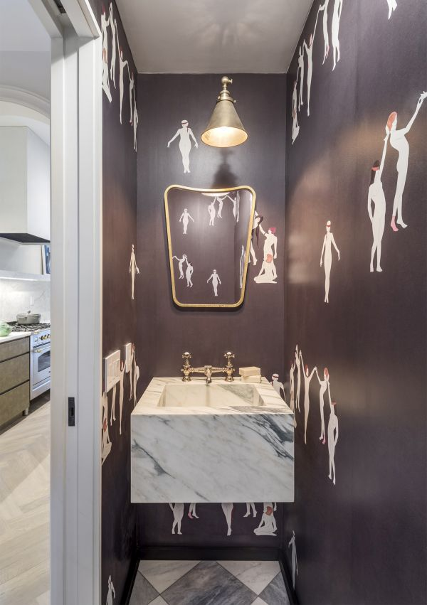 White marble was used to give the kitchen and the bathrooms a timeless aesthetic