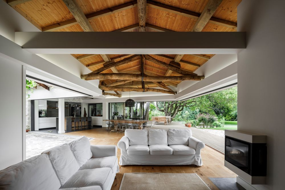 An entire wall of sliding doors and windows can be opened up in order to connect the social areas to the outdoors