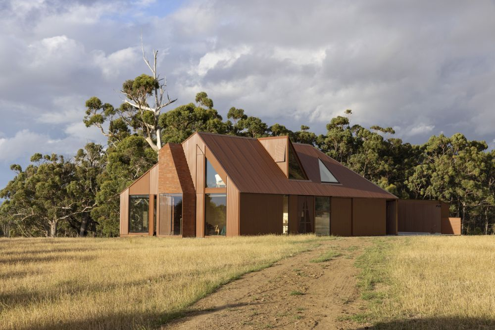 On the outside, the house blends easily into the landscape thanks to its rusty color scheme