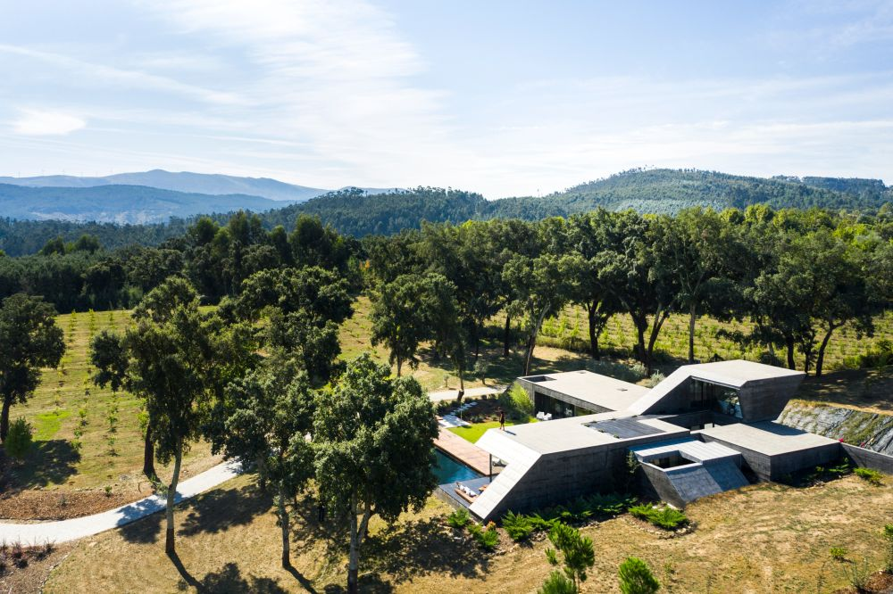 Seen from a distance, the house has an unusual layout which was chosen based on the position of the cork oak trees