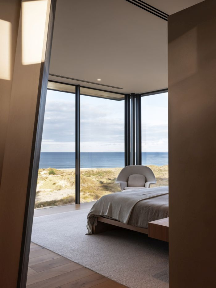The bedroom enjoys a magnificent panorama thanks to its corner placement