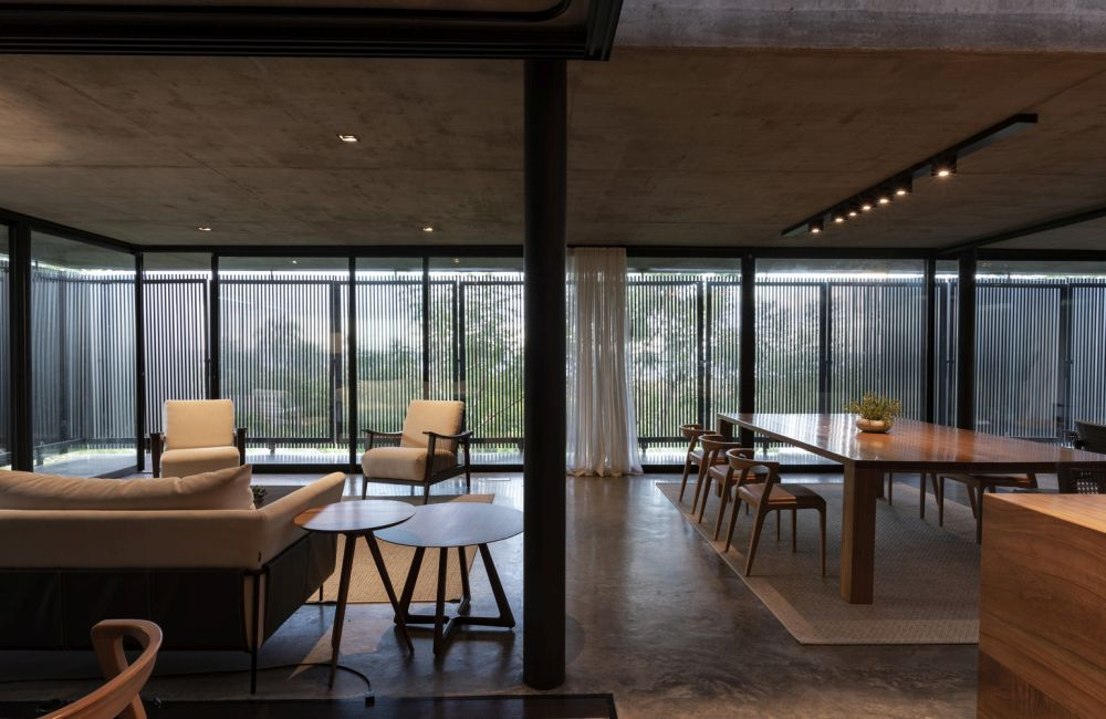 The center of the house brings together the main social areas like the living room, kitchen and dining area
