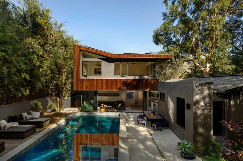 加州大牧场的房子扩展到一个复杂和现代的家中