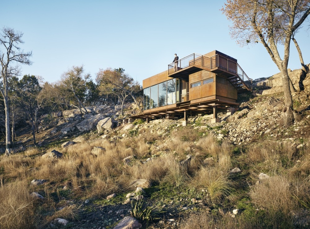 The cabin blends really well with the landscape thanks to its rust-like color