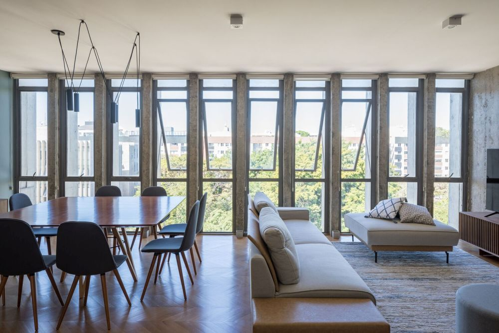 A row of vertical windows exposes the main floor plan to the beautiful views of the surrounding area