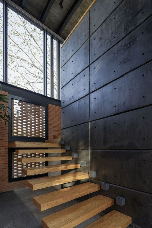The lower and upper level are connected via a series of floating wooden stairs