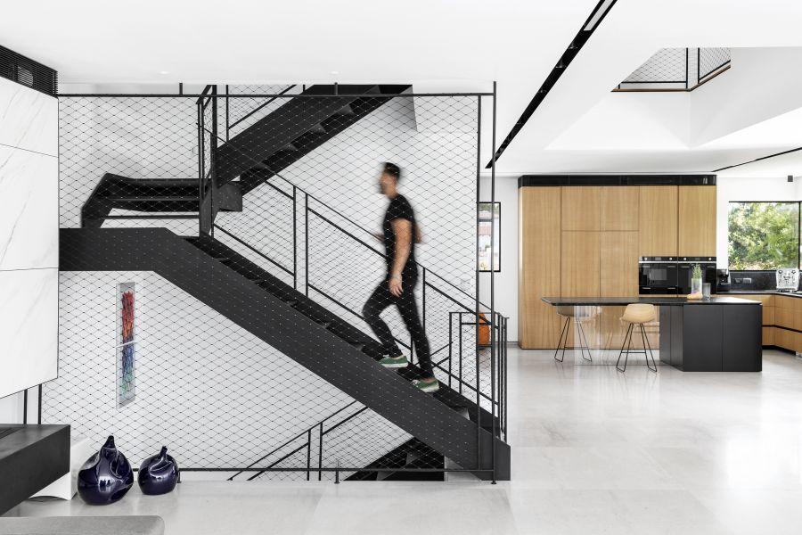 Mesh railings with a modern-industrial look